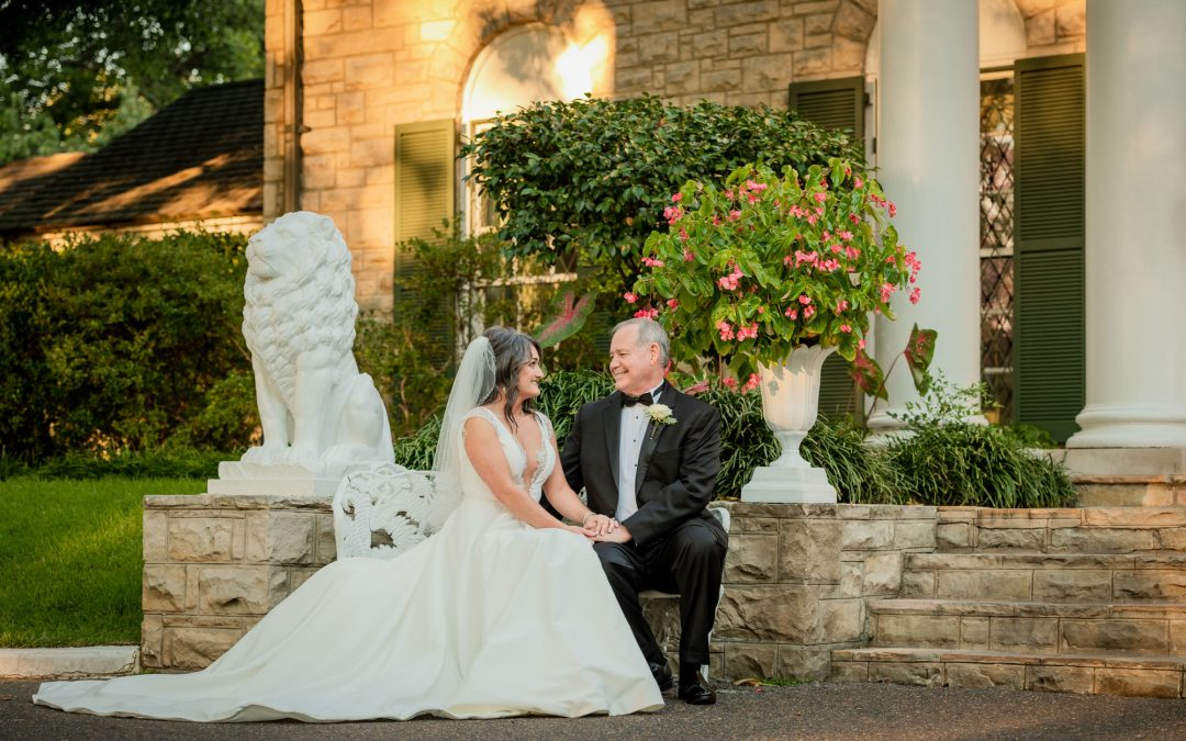 Stephanie and Jeff : A Graceland Chapel Elopement by Amy Dale